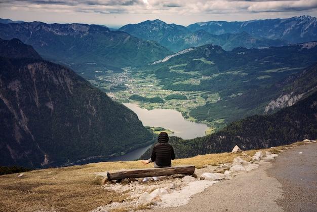 Zapierające dech w piersiach ujęcie kobiety siedzącej w okolicy hoher dachstein