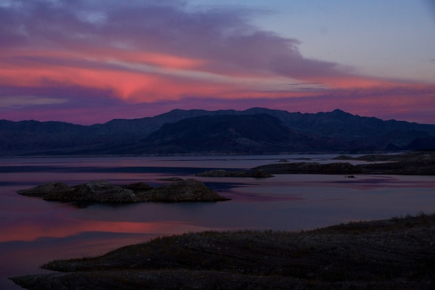 Zapierające dech w piersiach ujęcie kolorowego zachodu słońca w lake mead w stanie nevada