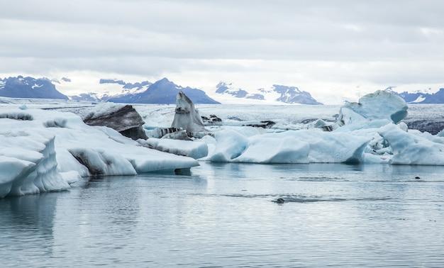 Zapierające dech w piersiach ujęcie pięknego zimnego krajobrazu w jokulsarlon na islandii