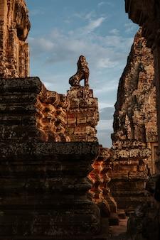 Zapierające dech w piersiach ujęcie posągu w angkor wat, siem reap, kambodża