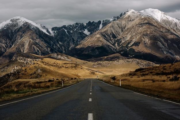 Zapierające dech w piersiach ujęcie pustej drogi z niesamowitym widokiem na góry