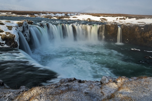 Zapierające dech w piersiach ujęcie wodospadów w kolistej formacji
