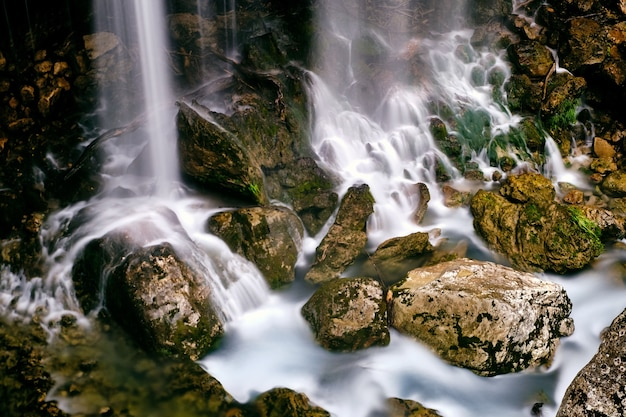 Zapierające dech w piersiach ujęcie wodospadu saut du loup zrobionego we francji