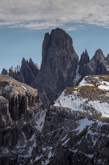 Zapierające dech w piersiach ujęcie zaśnieżonego pasma górskiego cadini di misurina we włoskich alpach