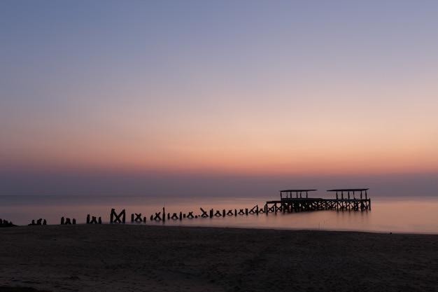 Zapierające dech w piersiach widok na zepsuty drewniany pomost na oceanie zrobione w tajlandii