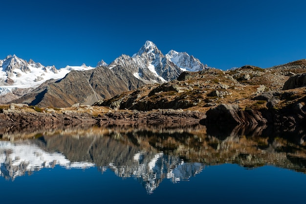 Zapierające dech w piersiach, zaśnieżone szczyty mont blanc w chamonix we francji