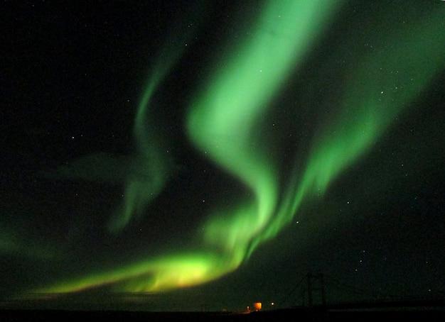 Zapierające dech w piersiach zorza polarna wczesną zimą islandii