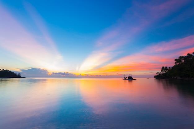 Zapierający dech w piersiach kolorowy zachód słońca na tropikalnym morzu
