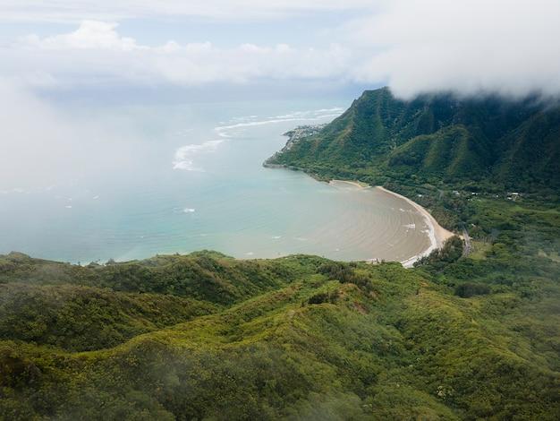 Zapierający dech w piersiach krajobraz hawajów z morzem