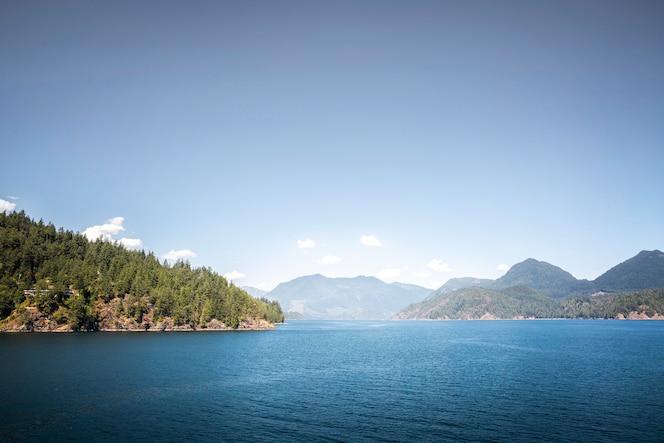 Zapierający dech w piersiach krajobraz z jeziorem