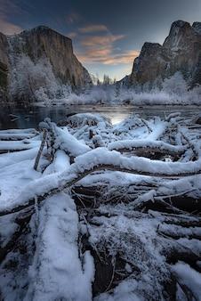 Zapierający dech w piersiach poranek w zimie w parku narodowym yosemite valley view