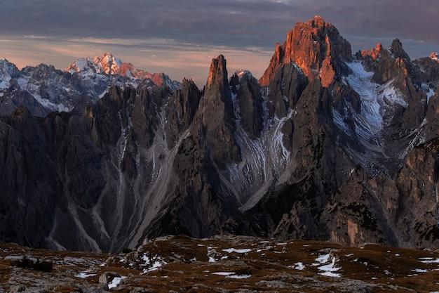 Zapierający dech w piersiach strzał z góry cadini di misurina we włoskich alpach podczas zachodu słońca