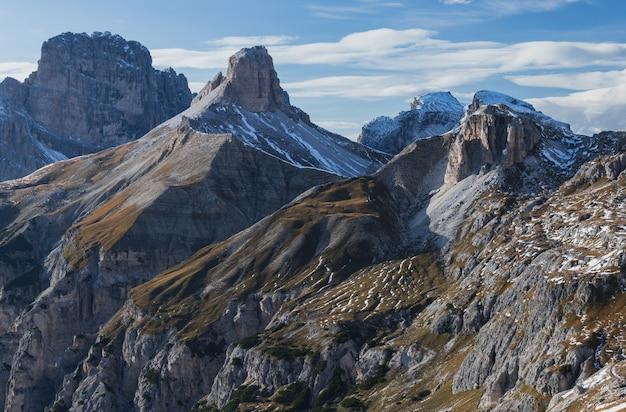 Zapierający dech w piersiach strzał zaśnieżonych skał we włoskich alpach pod jasnym niebem