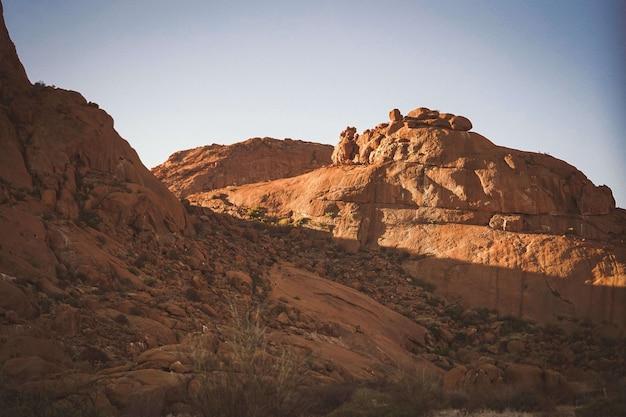 Zapierający dech w piersiach widok góry pod niebieskim niebem w namibia, afryka
