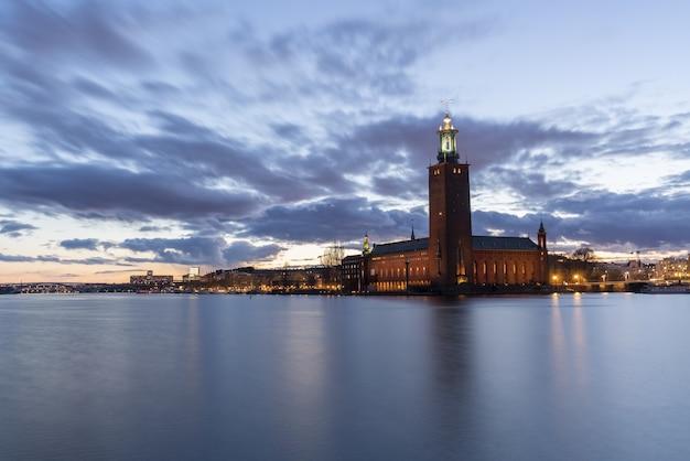 Zapierający dech w piersiach widok na budynek ratusza w sztokholmie uchwycony o zmierzchu