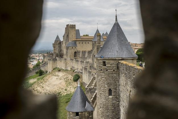 Zapierający dech w piersiach widok na cytadelę carcassonne uchwyconą w południowej francji