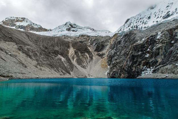 Zapierający dech w piersiach widok na góry i ocean w parku narodowym w peru