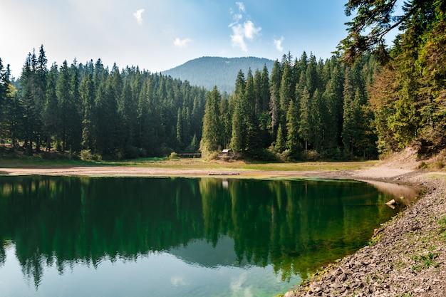 Zapierający dech w piersiach widok na jezioro wysoko w karpatach