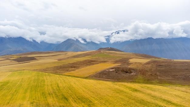 Zapierający dech w piersiach widok na krajobraz andów cusco. peru