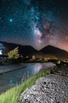 Zapierający dech w piersiach widok na nocne niebo pełne świecących gwiazd