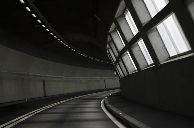 Zapierający dech w piersiach widok na oświetloną drogę tunelu