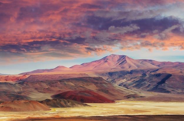 Zapierający dech w piersiach widok na panoramę gór altiplano, ameryka południowa, argentyna