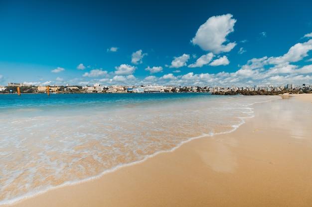 Zapierający dech w piersiach widok na plażę i morze pod niebieskim niebem uchwyconym w mombasie w kenii