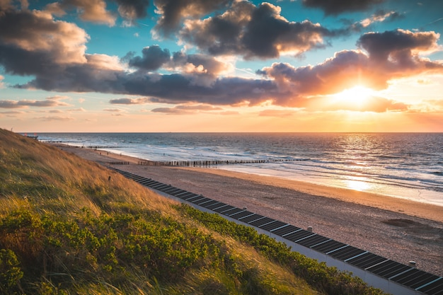 Zapierający dech w piersiach widok na plażę i ocean pod pięknym niebem w domburgu w holandii