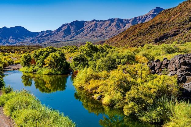 Zapierający dech w piersiach widok na rzekę verde uchwycony jesienią w arizonie w usa