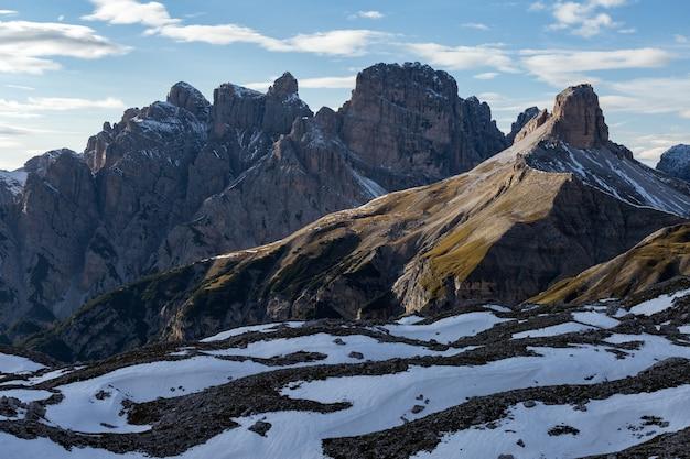 Zapierający dech w piersiach widok na skały pokryte śniegiem we włoskich alpach
