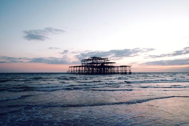 Zapierający dech w piersiach widok na spokojne morze pod zachmurzonym niebem o zachodzie słońca