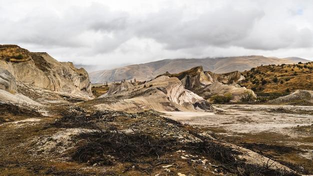 Zapierający dech w piersiach widok na st-bathans na wyspie południowej w nowej zelandii
