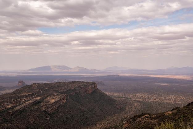 Zapierający dech w piersiach widok na wspaniałą górę pod zachmurzonym niebem w kenii