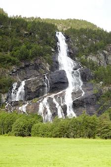 Zapierający dech w piersiach wodospad w norwegii