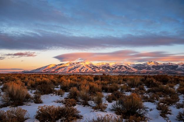 Zapierający dech w piersiach zachód słońca nad little cedar mountain w nevadzie