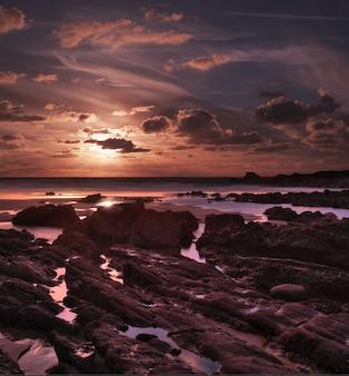 Zapierający dech w piersiach zachód słońca nad zatoką duckpool w pobliżu bude w północnej kornwalii w wielkiej brytanii