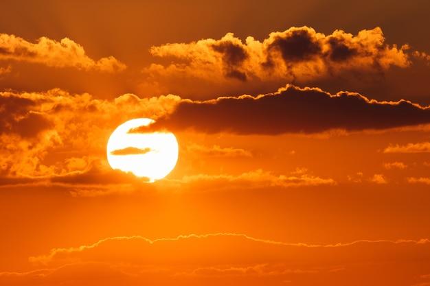 Zapierający dech w piersiach zachód słońca wieczorem