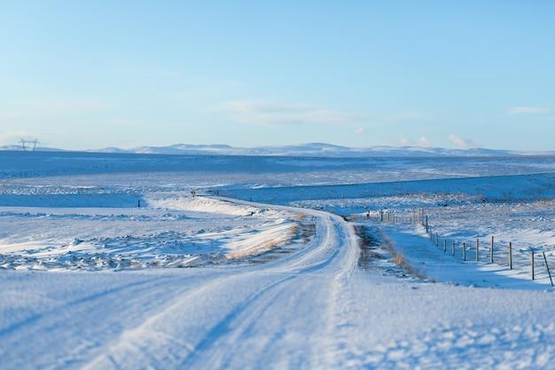 Zapierający dech w piersiach zimowy krajobraz islandii