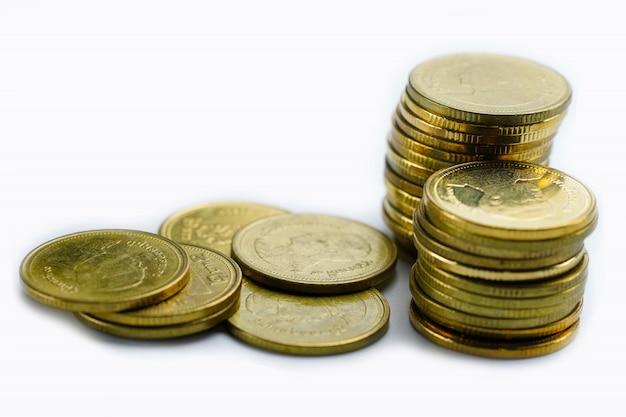 Zapisywanie stos monet pieniędzy na białym tle