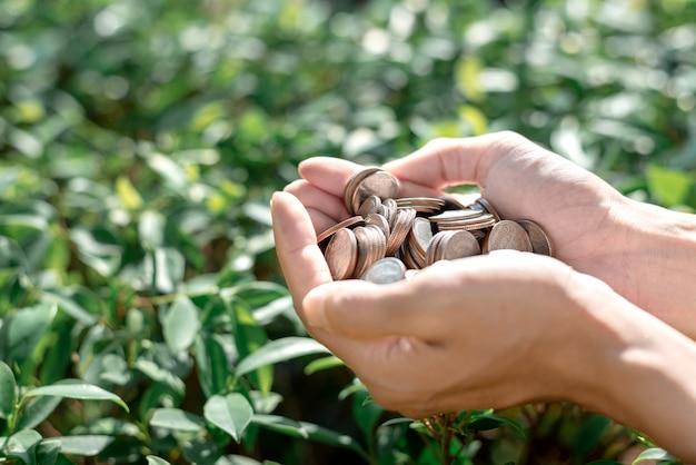 Zapisz pojęcie pieniędzy z ręki trzymającej monety