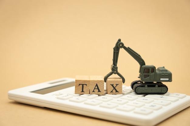 Zapłać roczny dochód (tax) za rok na kalkulatorze. używając jako firmy w tle