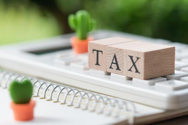 Zapłać roczny dochód (tax) za rok na kalkulatorze. używanie jako tło biznesu