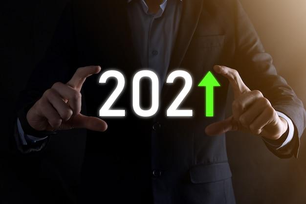 Zaplanuj dodatni wzrost biznesowy w koncepcji roku 2021. plan biznesmena i wzrost pozytywnych wskaźników w jego biznesie, dorastanie koncepcji biznesowych.