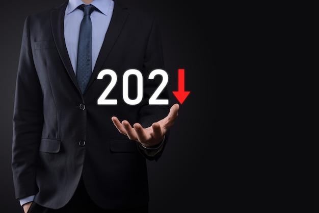 Zaplanuj negatywny wzrost biznesu w koncepcji roku 2021. biznesmen plan i wzrost negatywnych wskaźników w jego biznesie, spadek koncepcji biznesowych.