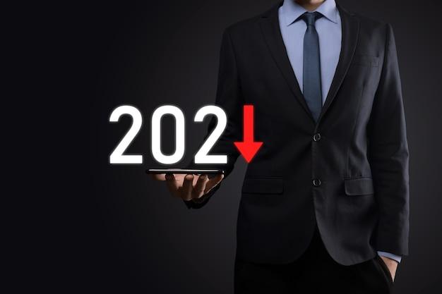 Zaplanuj Negatywny Wzrost Biznesu W Koncepcji Roku 2021. Biznesmen Plan I Wzrost Negatywnych Wskaźników W Jego Biznesie, Spadek Koncepcji Biznesowych. Premium Zdjęcia