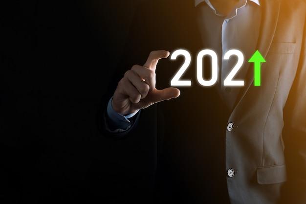 Zaplanuj pozytywny wzrost biznesu w koncepcji roku 2021. biznesmen plan i wzrost pozytywnych wskaźników w jego działalności, dorastanie koncepcji biznesowych.