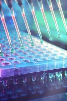 Zaplecze naukowe wielokanałowe końcówki do pipet do analizy dna.