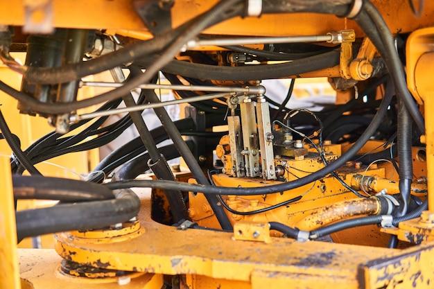 Zaplecze przemysłowe - detale konstrukcyjne przegubowego układu kierowniczego ciężkiej ładowarki łyżkowej