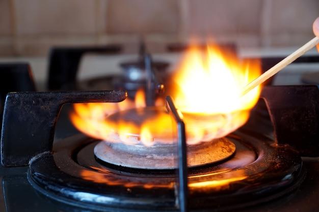 Zapłon przez zapałkę pierścienia gazowego na kuchence