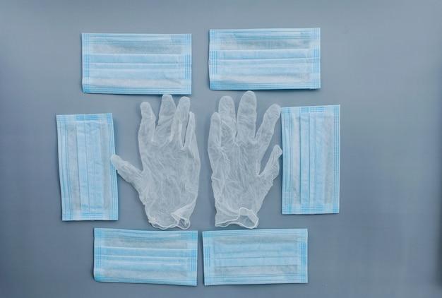 Zapobiegaj koronawirusowi. medyczna maska ochronna i rękawiczki na tle. jednorazowa maska chirurgiczna na twarz zakrywa usta i nos.
